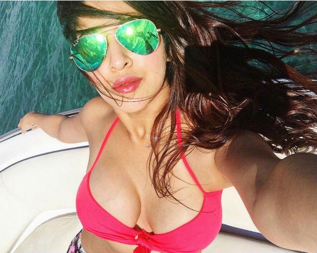 actress sonarika bhadoria hot latest photoshoot 13