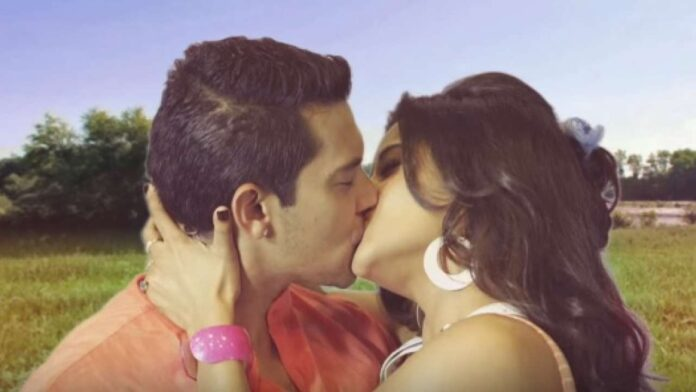 Singer Aditya Narayan Lip lock with Monalisa
