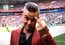Robbie Williams Shows Middle Finger