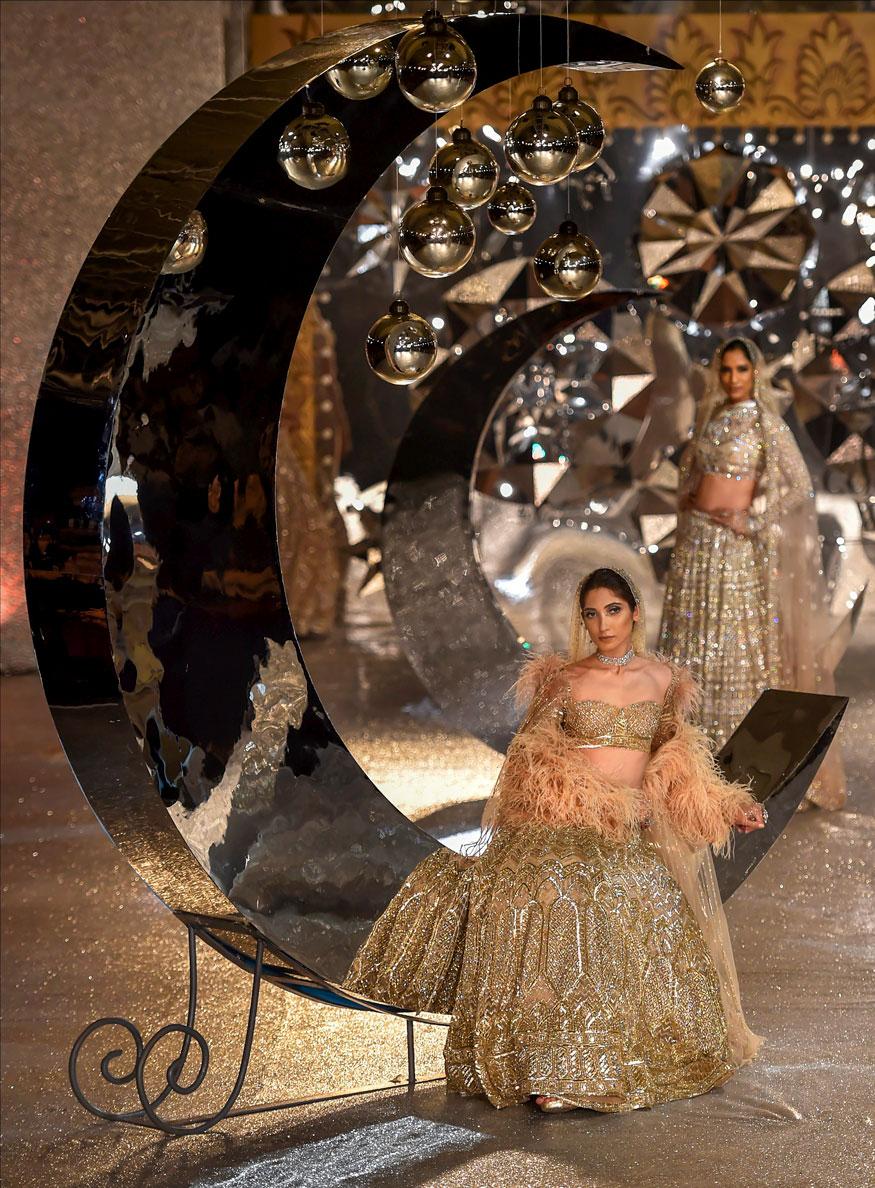 areena kapoor walks the ramp in 30 kg gold lehenga southcolors 1