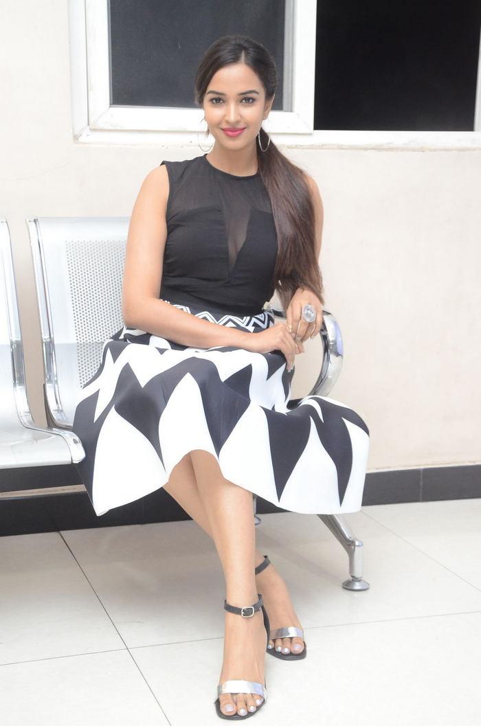 poojitha ponnada latest photos at brandbabu teaser launch southcolors 18