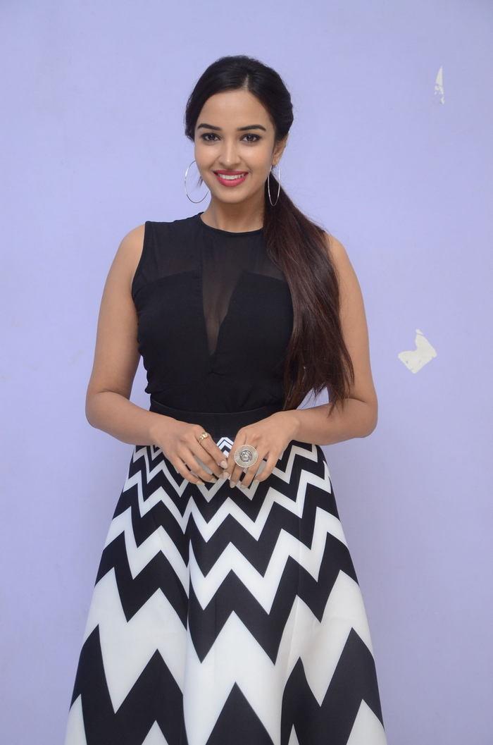 poojitha ponnada latest photos at brandbabu teaser launch southcolors 30