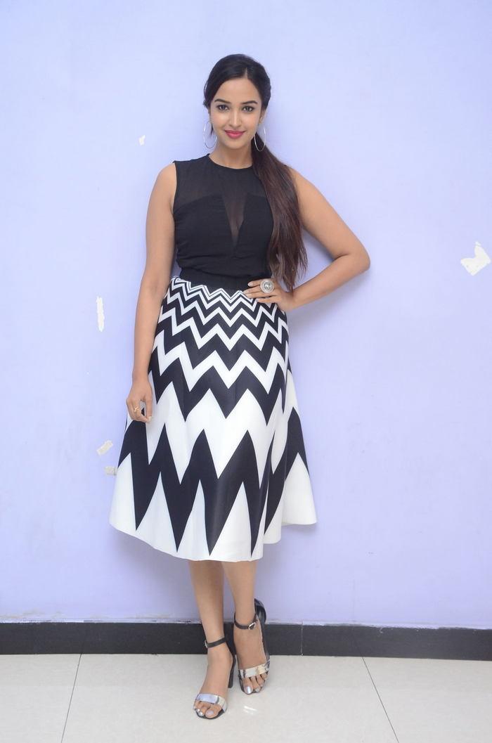 poojitha ponnada latest photos at brandbabu teaser launch southcolors 37